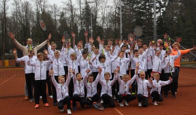 De jeugdselectie van de tennisvereniging Luctor et Emergo is door Bolk transport van nieuwe kleding voorzien