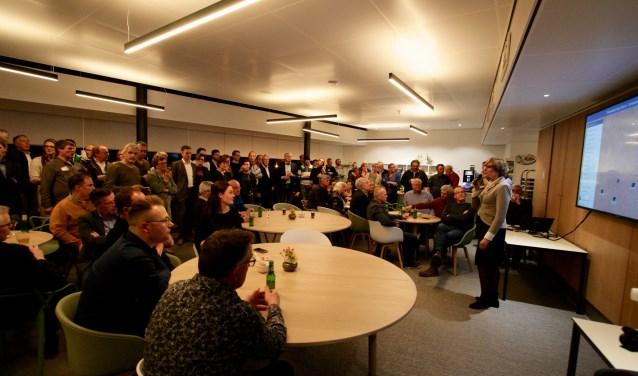 Burgemeester Bronsvoort maakt op de verkiezingsavond de uitslag van de laatste drie stembureaus in Lichtenvoorde bekend. (archieffoto)