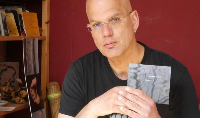 Jan Kees Helms met zijn nieuwste cd. ''Het wordt stiller en stiller en dat mondt uit in ruis.'' (Foto: Adriënne Nijssen)