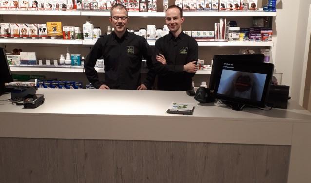Vader Antoine en zoon Twan Lucassen in hun vernieuwde winkel. De winkel heeft ook een ruime huisdierenapotheek. (foto: PR)