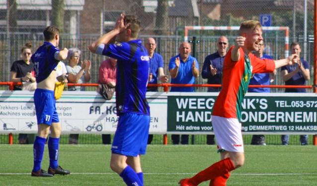 Dave Visser juicht nadat hij zijn eerste doelpunt voor Bon Boys heeft gemaakt en zijn ploeg daarmee op een 4-2 voorsprong heeft gezet.