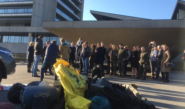 Boswachters van Brabants Landschap, Natuurmonumenten en Staatsbosbeheer hebben vorige week het resultaat van zes weken afval opruimen gepresenteerd aan het provinciehuis in Den Bosch. In zes weken tijd zijn er 232 afvaldumpingen geregistreerd in een deel van de Brabantse natuurgebieden.
