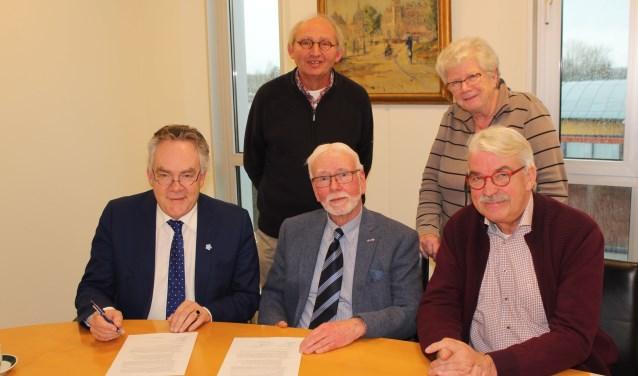Handtekeningen van wethouder en voorzitter bezegelen de samenwerking. (Foto: Lysette Verwegen)