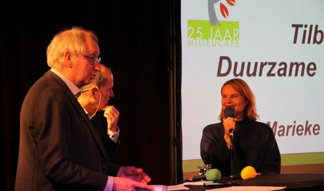 Mariek Eijskoot legde tijdens het Milieucafé in niet mis te verstane woorden uit waarom de gemeente duurzame textiel moet nastreven (foto's: Jasper Schoonhoven)
