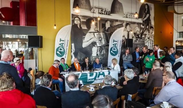DAT met livemuziek van Eline Ossevoort en Arjen van den Bosch, bekend van de DAT Straatmuzikanten festival De Bende van Eliënde. De gemeenteraadsverkiezingen zijn geweest, maar welke coalitie wil de Alphenaar eigenlijk?