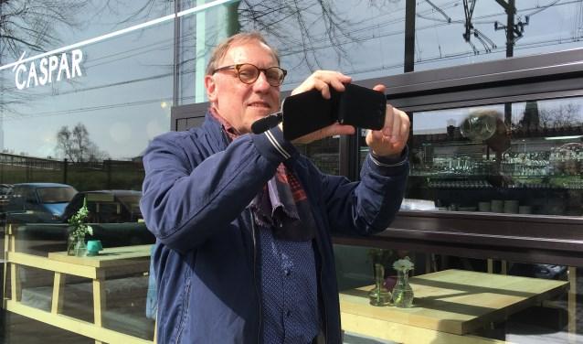 Crone maakte voor zijn boek zelf ook foto's, met zijn telefoon. Hier bij café CASPAR. (foto: Jesse Reith)