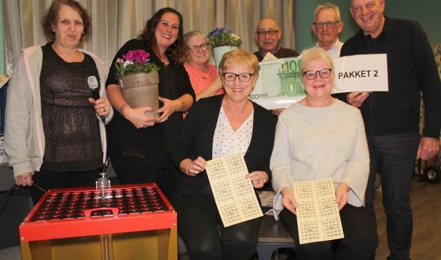 Het bingoteam zorgt elke maand voor mooie prijzen en gezelligheid. (Foto: Lysette Verwegen)