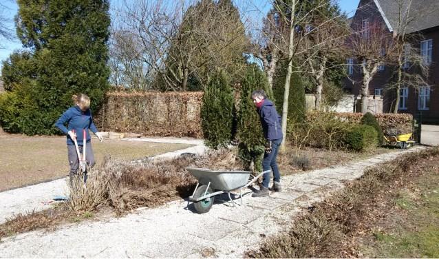 De historische tuin van het klooster kan wel wat onderhoud gebruiken.