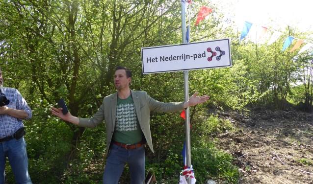 Maarten Tjallingii onthult de nieuwe naam van de snelfietsroute tussen Arnhem en Wageningen: Het Nederrijn-pad. (foto: Marnix ten Brinke)