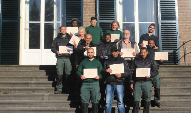 15 trotste groenmedewerkers ontvingen op 29 maart een certificaat tijdens de afsluiting van het bijzondere leerwerktraject 'Werken in 't groen'. FOTO: gemeente