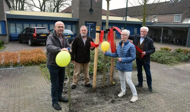 Omgeving  ontmoetingscentrum d'n Aachterûm wordt door enkele vertegenwoordigers van de feestcommissie 'versierd'. Foto: Jan Wijten