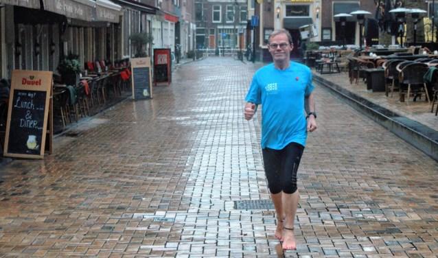 """Hans Verbeek is Delftenaar van de week. De meeste van zijn cursisten gaan na afloop toch terug naar schoenen, vertelt Hans: """"De meesten zijn heel nieuwsgierig en vinden het heel leuk. Maar vaak zijn ze toch té gewend aan hun hardloopschoen."""""""