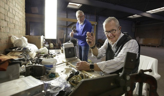 'Mannen van Metaal' Wil Langenhuysen (l) en René Ebeling aan het werk tijdens een van de bijeenkomsten van het Leendse huiskamerproject. Foto: Jurgen van Hoof