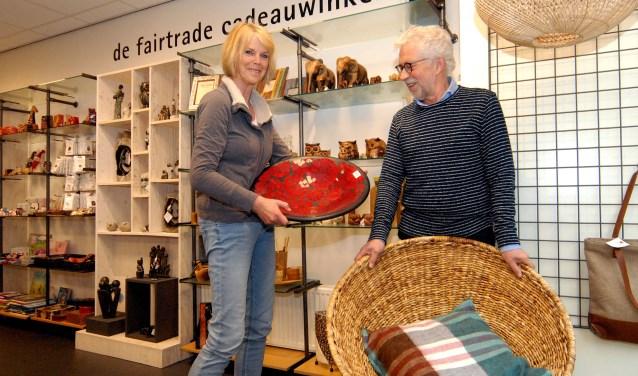 Bestuursvoorzitter Thijs Albers en secretaris Marianne Vekemans in de Wereldwinkel nieuwe stijl, waar nu ook klein meubilair te koop is.(foto: Tom Oosthout)