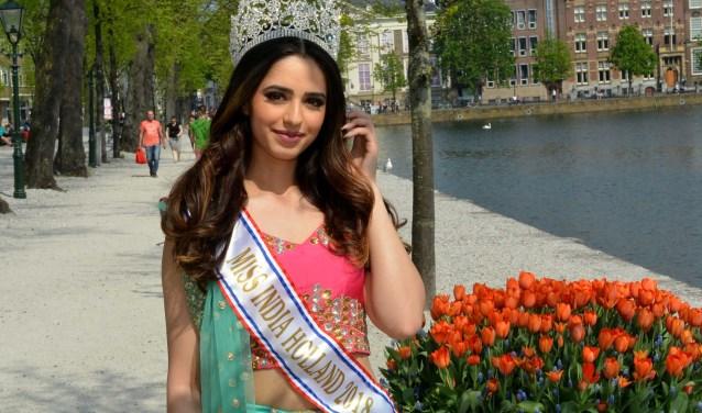 Jasleen Singh, winnares Miss India Holland 2018, brengt elk jaar met haar familie een bezoek aan Scheveningen. (Foto: Jos van Leeuwen).