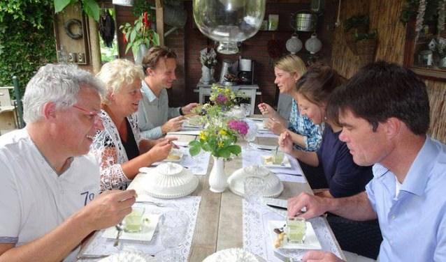 Aan tafel zitten met onbekenden. Spannend, maar ook erg leuk. Deze foto is vorig jaar genomen.