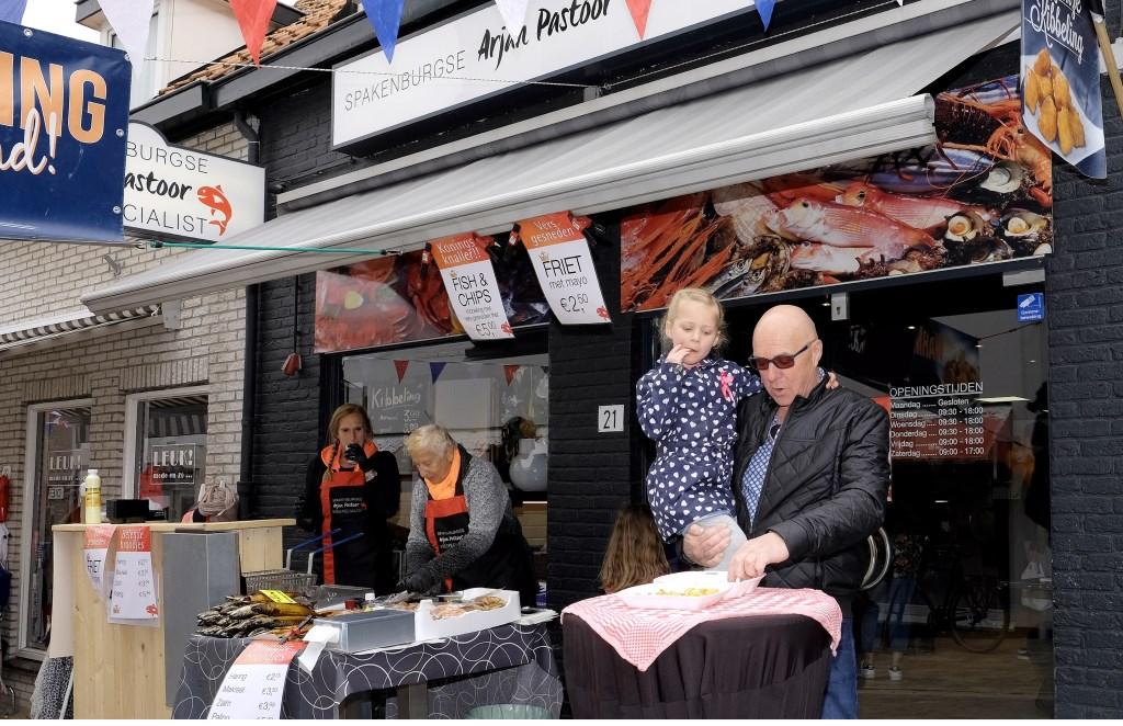 Bij Arjan Pastoor was het tijdens koningsmarkt vissnacks proeven.  © Persgroep