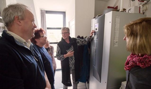 Huiseigenaren vertellen hun ervaringen met energiebesparende maatregelen tijdens een thematour. De thema's van de excursies lopen uiteen van warmtepomp tot isoleren. FOTO: BINNE-LOUW KATSMA