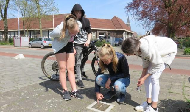 Kinderen van groep 8 gingen met GPS-coordinaten op zoek naar Stolpersteine in hun dorp en naar het verhaal achter de stenen.