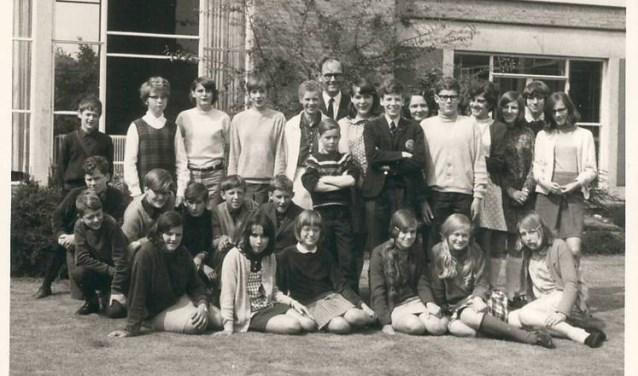 De klassenfoto van de brugklassers van 1E in 1967 bij het brugklasgebouw bij internaat La Salle. Midden-achter docent Piet Gommans. In het gebouw is nu AZC Overloon gevestigd.