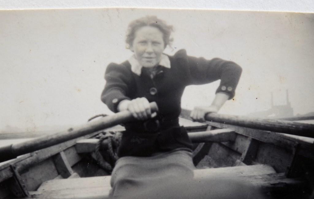 Truus Oversteegen in actie voor het verzet, waarvoor ze met een kist wapens het Noordzeekanaal over roeit (circa 1934). De foto maakt onderdeel uit van de expositie. Foto: Verzetsmuseum Amsterdam.