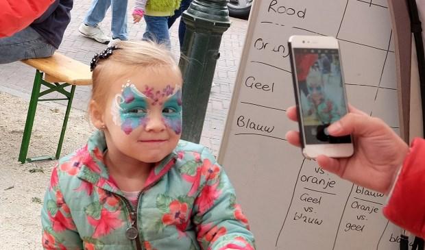 Caitlyn van 4 uit Ede, heeft zich om laten toveren naar een vlinder.  © Persgroep