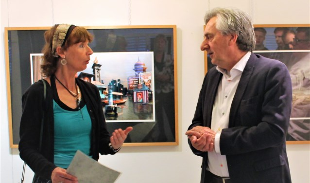 Margareth Degeling en Albert Dragt bespreken de gevolgen van urbanisatie in Leusden tijdens de opening van de expositie. (Foto: Quirine van Mourik)
