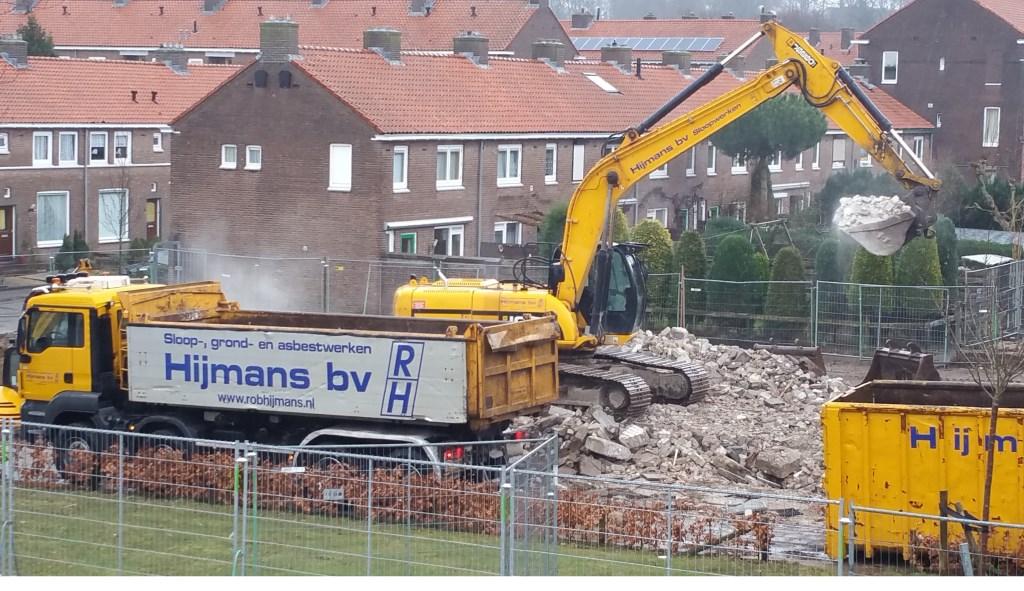 Nu is het nog een bouwput, een terrein dat met de grond gelijk is gemaakt, maar over een jaar moeten hier de eerste nieuwbouwwoningen worden opgeleverd. (Foto: Eric van Haalen)
