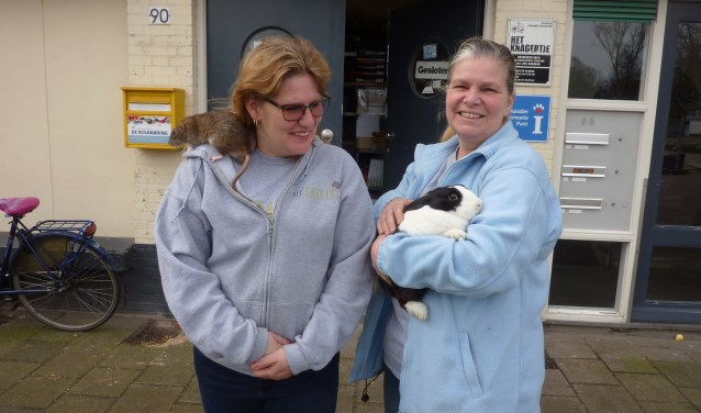 """""""Het ideale maatje voor een eenzaam iemand is een rat"""", zegt Geertje Krechting (links) van Het Knagertje. """"Die is intelligent, nog trouwer dan een hond en je kunt hem overal meenemen."""" Rechts vrijwilliger Jolanda de Haan. (Foto: Magda de Vetten)"""