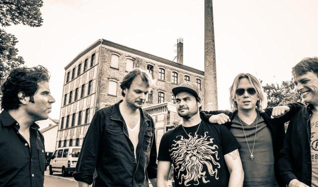 Foto's: Nielson met band en Van Dik Hout spelen zaterdagavond 12 mei tijdens het Nederpop programma van het Pampus Festival.