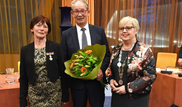 Anne Marie Hol (l) met haar echtgenoot en wnd burgemeester Jetty Eugster
