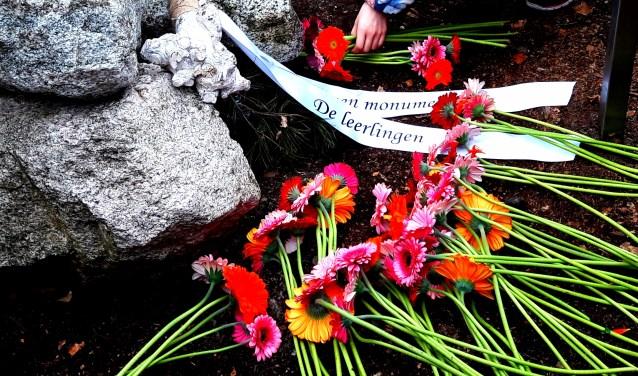 """""""Ik hoop dat het nooit meer oorlog wordt."""" Daarmee beginnen leerlingen van De Wingerd 'hun' herdenking. Dan bloemen."""