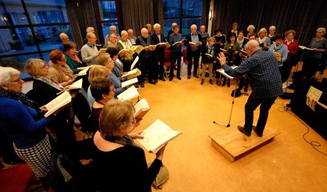 Streekkoor Canthonis repeteert met dirigent Fred Weijers voor Die Jahreszeiten. (foto: Tom Oosthout)