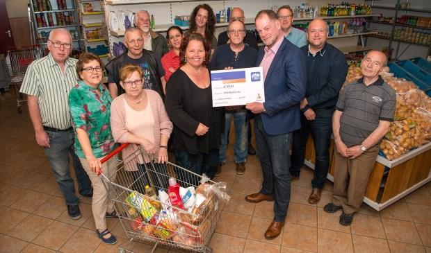 Martine Visser ontvangt samen met vrijwilligers van de Voedselbank de cheque van de Rabobank Clubkas Campagne van Cees Vis.