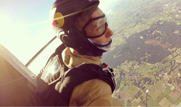 Robin Hoogeboom krijgt een adrenalinekick van parachutespringen.