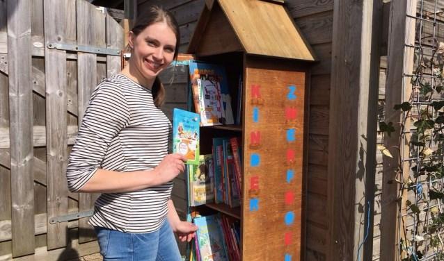 """""""Het zijn niet alleen kinderen dieboekenmogen meenemen. Ook ouders, opa's en oma's mogen de boeken meenemen."""" Foto: Naomi Wijling"""