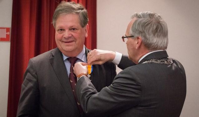 Hans Flieringa nam vrijdag afscheid van de wildbeheerdersvereniging Hoeksche Waard en kreeg een lintje. (foto: gem. Cromstrijen)