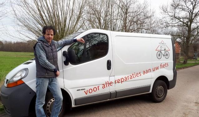 Arjan de Vries haalt te repareren fietsen, e-bikes en rollators van huis en brengt ze na reparatie weer retour.