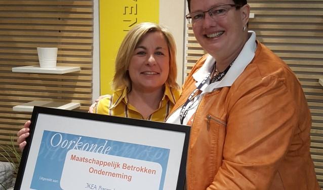 Dinah Rudack (Storemanager IKEA Barendrecht) en Pia van Dalen (coordinator Present Barendrecht).