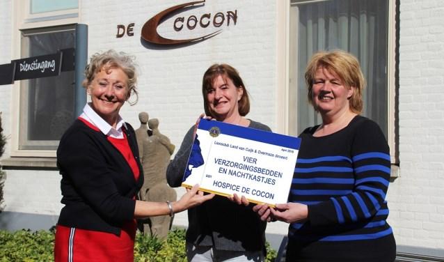 Diny van Vliet (links) overhandigt de cheque aan Hospice de Cocon.
