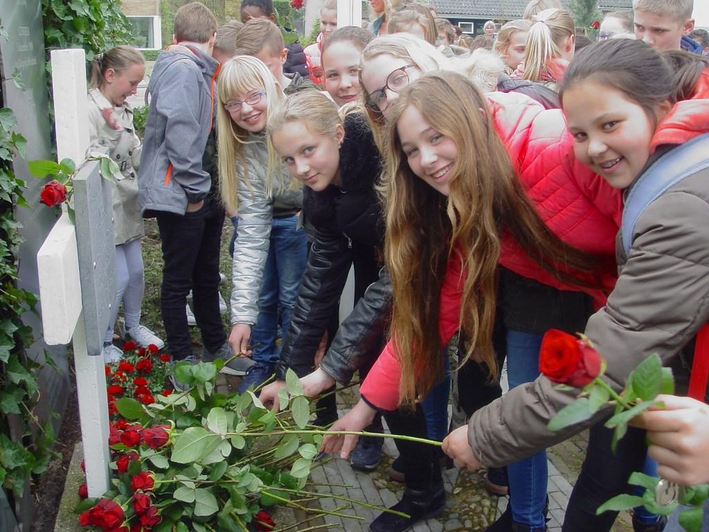 Zo'n honderd kinderen legden een roos bij het monument. (Foto: Walter Strang Foundation)  © Persgroep