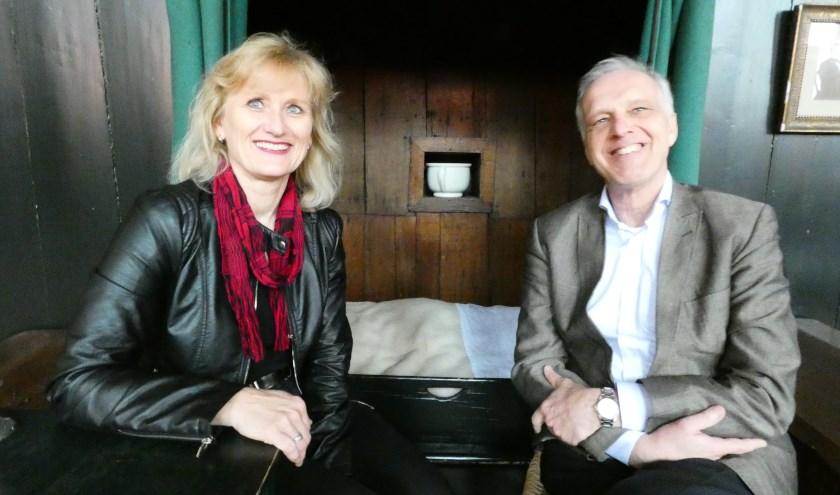 Anja Bakker en Bob Pluijter bij een van de bedsteden van de vroegere Mannenzaal. (Foto: Adriënne Nijssen)
