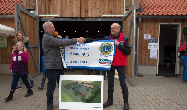 Toon Tankink (links) was blij met de gift van Lionsvoorman Harry Maathuis.