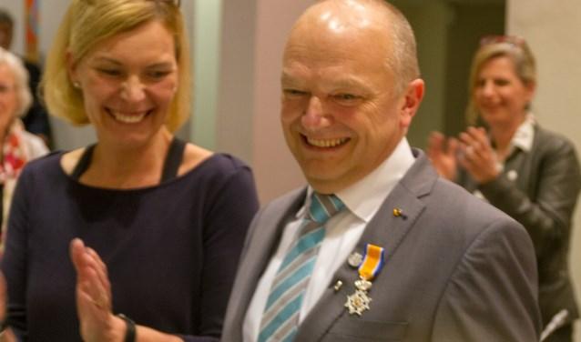 Cda-fractievoorzitter Theo Donderwinkel neemt de Koninklijke onderscheiding hartelijk lachend in ontvangst.