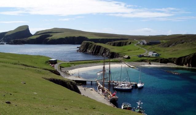 Halverwege ligt een piepklein eilandje: Fair Isle. Dáár brengt hij ons naar toe en gaat dan weer lekker in de verkeerde hoek zitten.Dus wonen we deze week op Fair Isle.FOTO: Marijke van Ekeren