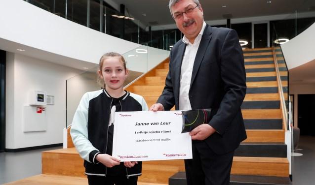 Janne ontvangt haar prijs uit handen van directeur Henri Elsen van Kemkens Installaties.