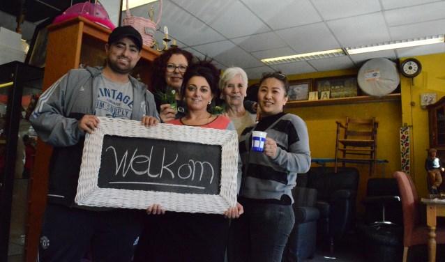 Een groot deel van de vrijwilligers die voor u klaar staan in de gezellige (Kringloop)winkel in Berkel en Rodenrijs. Foto: Marianne Dijkshoorn.