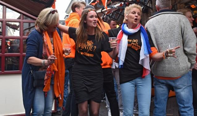 Zwieren en zwaaien! Het was op vrijdagmiddag al fijn druk in de Klappeijstraat. 'Wijntje? Ik Willem!' stond er op haar shirt.