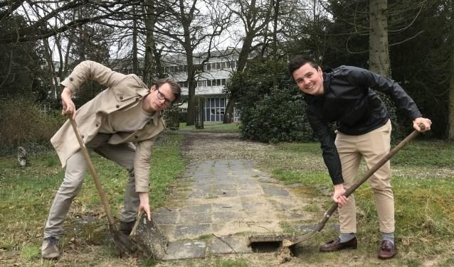 Michiel de Boer (links) en Dave van Balkum doen onderzoek naar de klimaatbestendigheid van de wijk Schothorst. (Foto: Ben ter Mull, Van Hall Larenstein)