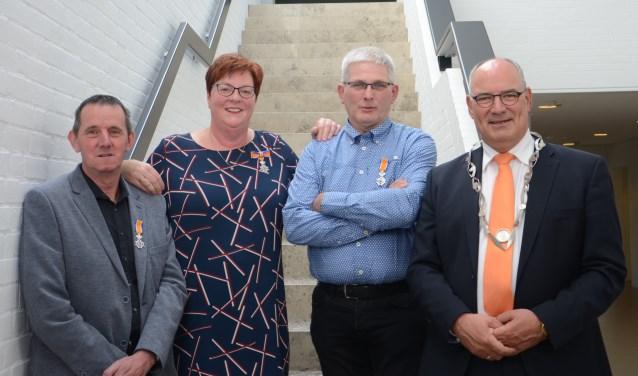 van links naar rechts: Peter Vissers en Marjan Klavers uit Alem, Nico Vissers uit Rossum en burgemeester Henny van Kooten. Foto: Hanneke Roos